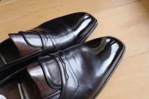 革靴をピカピカに輝かせる鏡面磨き(ハイシャイン)の方法とその落とし方