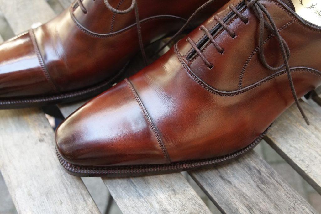 761023c263bc 遊び心があるイタリアらしい靴に加えて、シンプルで普遍的なイギリスっぽい靴も展開しています。