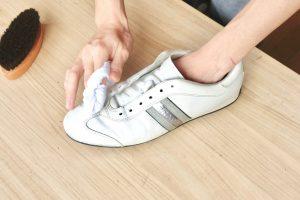 白い革靴の手入れ方法。汚れを落とし、傷や黄ばみまできれいにする方法